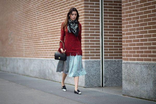 紅色毛衣搭配絲質短裙,走起路來十分飄逸,魅力指數飙升。圖文:悅己網