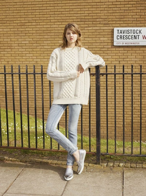 俏皮的兔牙妹的白色粗線毛衣與淺色瘦腿褲搭配,極高挑又迷人。圖文:悅己網