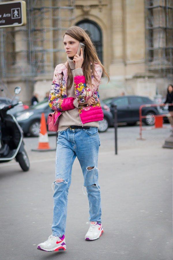 純色毛衣與花色羽絨服搭配,在街頭十分搶眼。圖文:悅己網