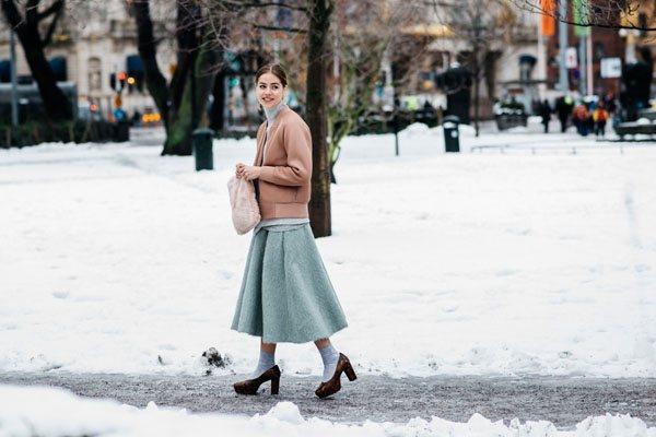 寒冷的斯德哥爾摩,潮人們自然都武裝起來,,水藍色的毛裙子在博主的演繹下,可愛極了...