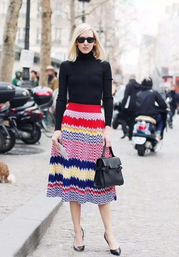 經典高領黑色毛衣搭配高腰彩條裙,不僅顯得苗條而且十分出彩。圖文:悅己網
