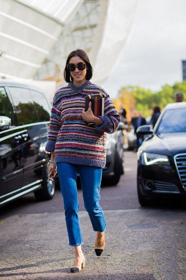 花條紋的中長款毛衣在冬天裏特別搶眼,與藍色牛仔褲搭配,瞬間提升了休閒感。圖文:悅...