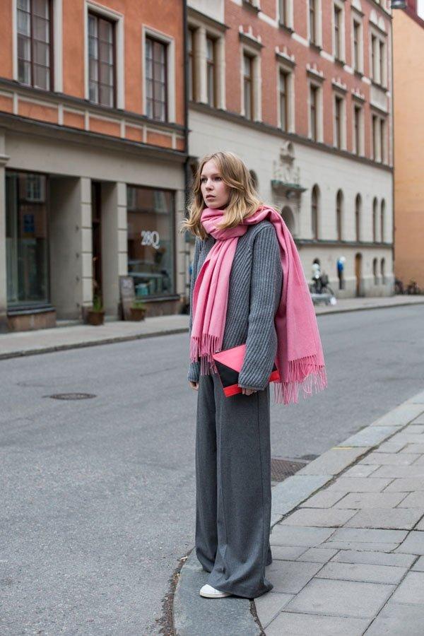 灰色單品疊加一起,配上粉嫩的圍巾,瞬間趕走了單調。圖文:悅己網