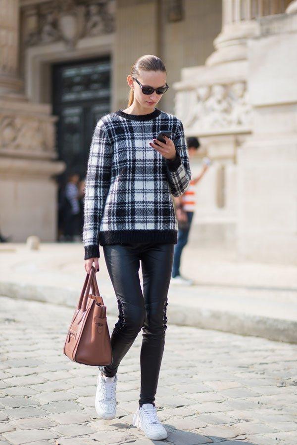 圓領格子毛衣與黑色緊身褲搭配,舒適又休閒。圖文:悅己網