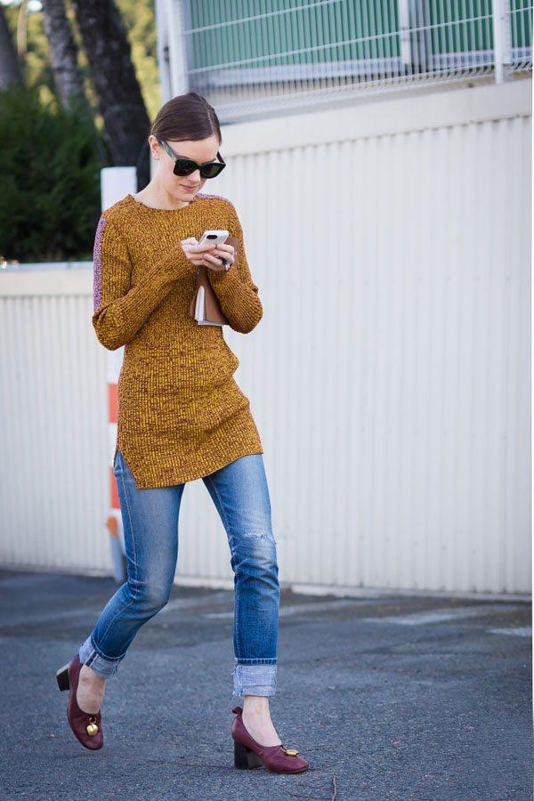 薑黃色中長款毛衣與牛仔褲組合,搭出無限的複古韻味。圖文:悅己網