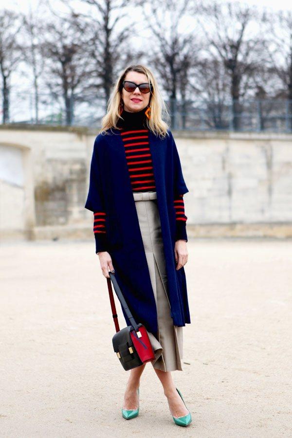 深冬 高領衫與筒裙搭配寶藍色外套,簡約又優雅。圖文:悅己網