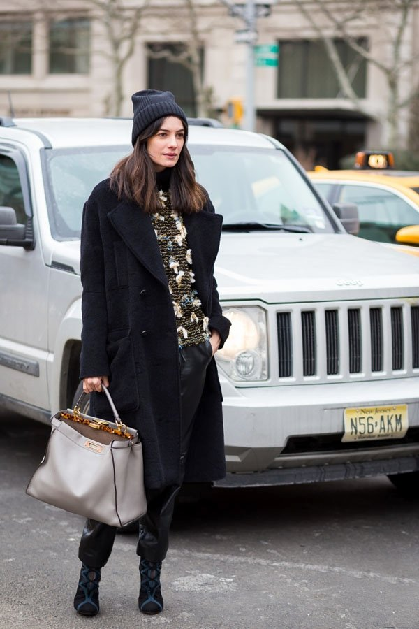 花色毛衣作為黑色外套的內搭,不僅搶眼,還時髦。圖文:悅己網