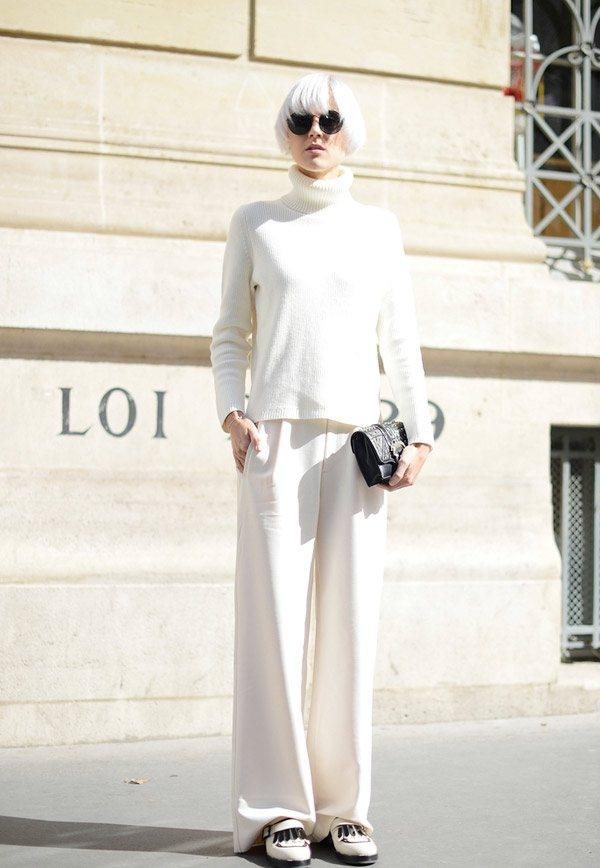 高領毛衣搭配白色西褲,簡約俐落,宛如職場女boss。圖文:悅己網