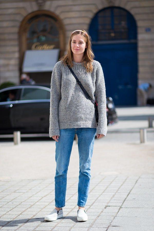 最簡單易學的搭配,永不出錯的灰色毛衣與休閒牛仔褲。圖文:悅己網