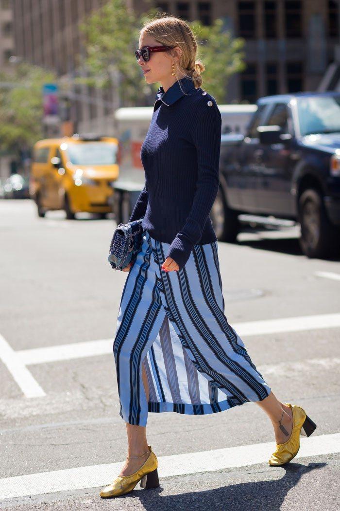 條紋開叉裙在街頭十分搶眼,搭配純色毛衣,即時髦又保暖。圖文:悅己網