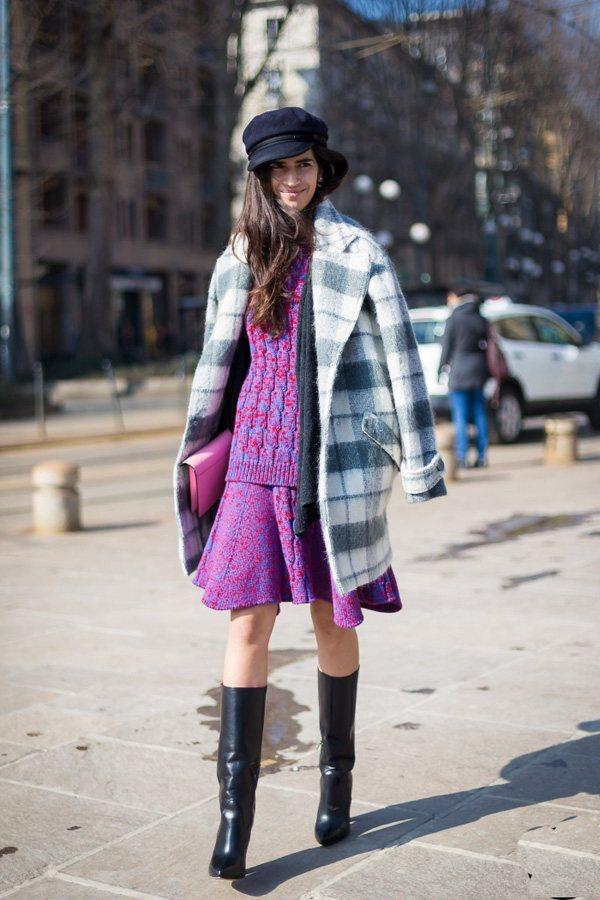 桃紅色毛衣內搭裙與格子外套的搭配十分搶眼,冬天穿裙子,舒適的毛線裙是今年最in的...
