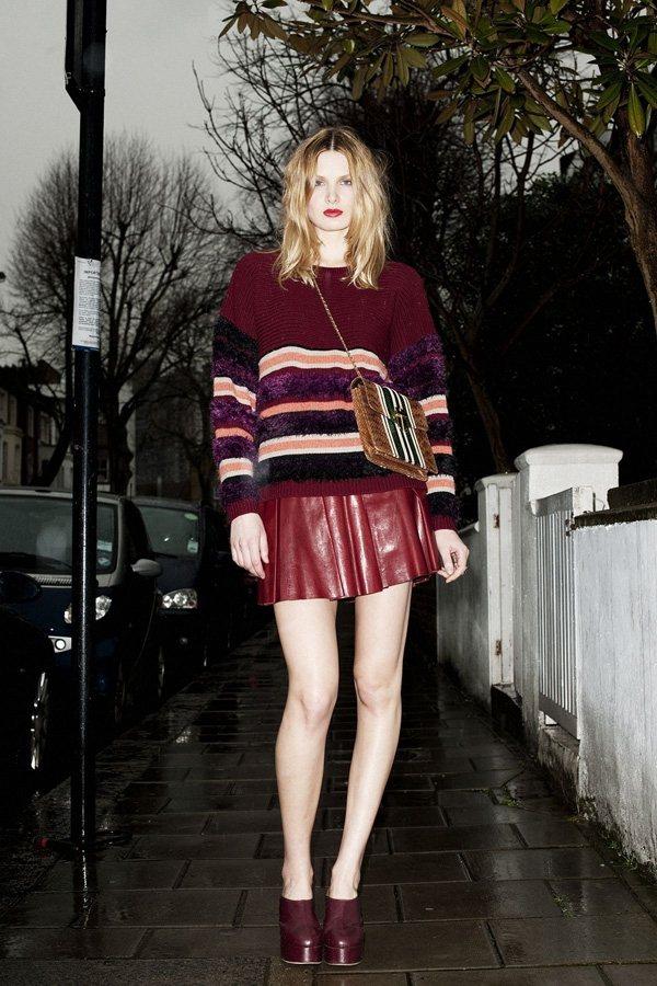 紅色的毛衣帶有濃郁的聖誕氣息,而且還顯得皮膚十分白皙。圖文:悅己網