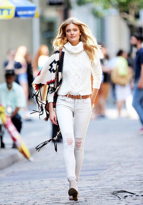高領毛衣搭配白色修身褲簡約優雅。