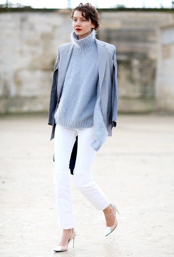 水藍色高領毛衣作為今年最流行的單品,只需與白色修身褲,就搭出了摩登的都市女性風。...