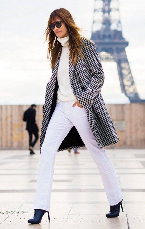白色內搭與灰色外套穿出了法式休閒慵懶的風格。圖文:悅己網