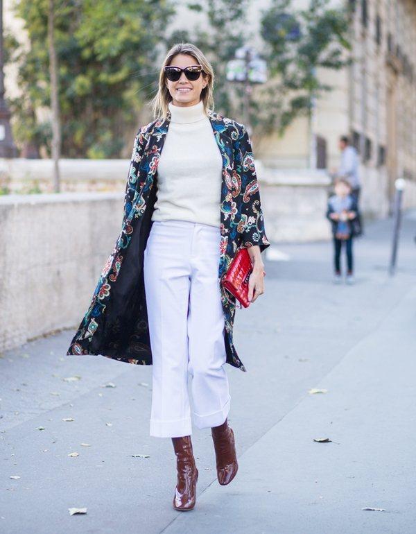 高領衫與寶色7分褲配及踝靴,將比例修飾的很完美,花色外套瞬間增加了摩登時髦感。圖...