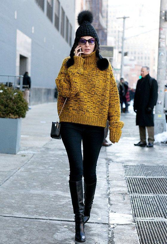 薑黃色的毛衣與黑色緊身褲搭配,在街頭十分搶眼。圖文:悅己網