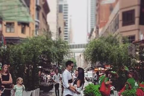 將於27日在澳洲完婚的王陽明和蔡詩芸,近日都在澳洲當地籌備,根據「ETtoday東森新聞雲」報導,近日同行攝影師搶先在Instagram曝光「街頭婚照」,其中一張是兩人手勾手,並肩坐在石牆上欣賞大海...