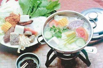 吃火鍋時多吃蔬菜,避免加工火鍋料。 本報資料照片