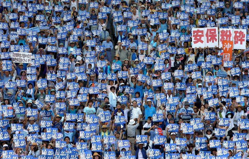 五月份沖繩三萬五千人大遊行,高舉著「抵制」的標語,反對邊野古基地建設案。圖/歐新...