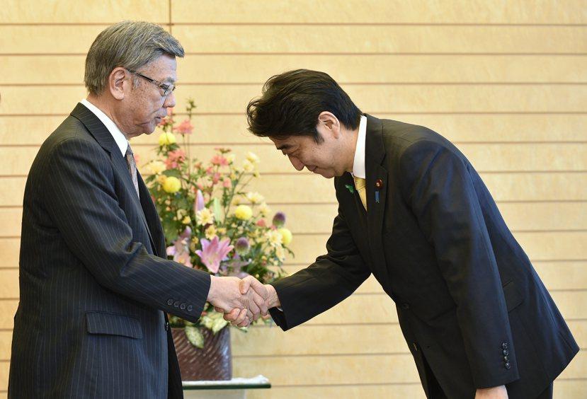 自民黨(右為安倍首相)對沖繩的表現出來的是冷淡,而不論翁長(左)等人所代表的沖繩...