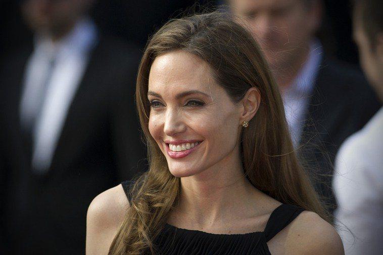 女星安潔莉娜裘莉透過基因檢測,發現帶有容易罹患乳癌和卵巢癌的基因,於是選擇預防性...