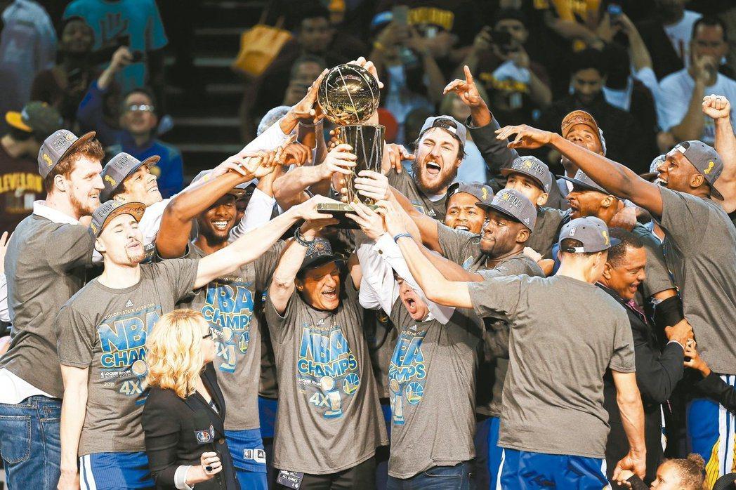 NBA咱最勇 等了40年,勇士隊歡喜迎接總冠軍金杯,柯瑞雖沒拿到系列賽MVP,依...