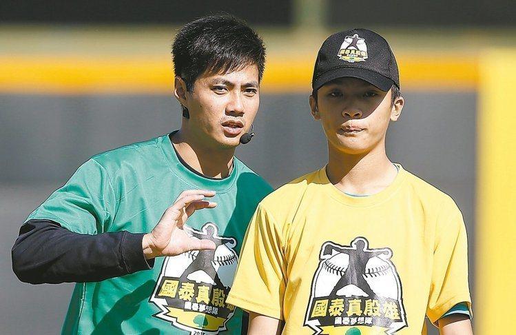 陳偉殷(左)去處未定,趁著空檔在台期間,四處指導年輕後進。 本報資料照片