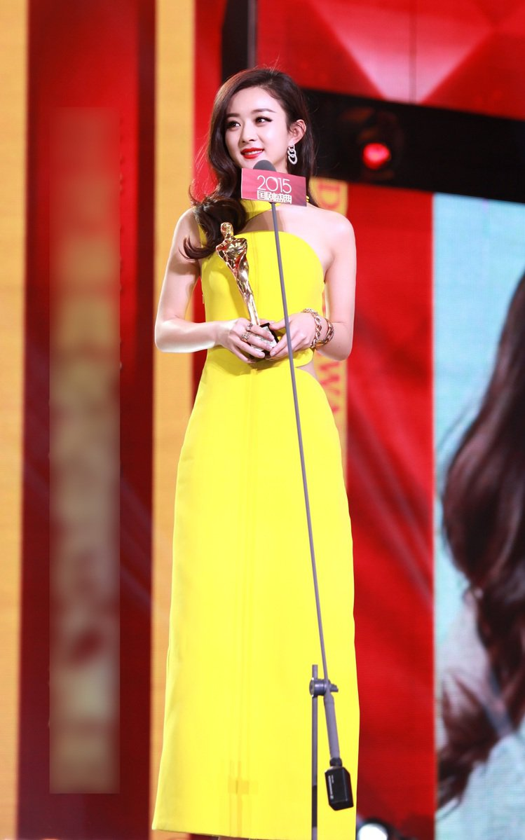 趙麗穎在中國2015國劇盛典拿到「年度最具收視號召力演員」與「年度人物」獎。頒獎...