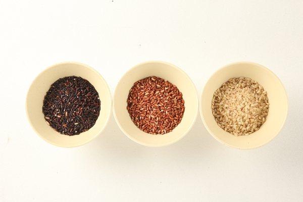 黑色紫米富含花青素、紅糯米飽含胡蘿蔔素、糙米則含有豐富的礦物質。