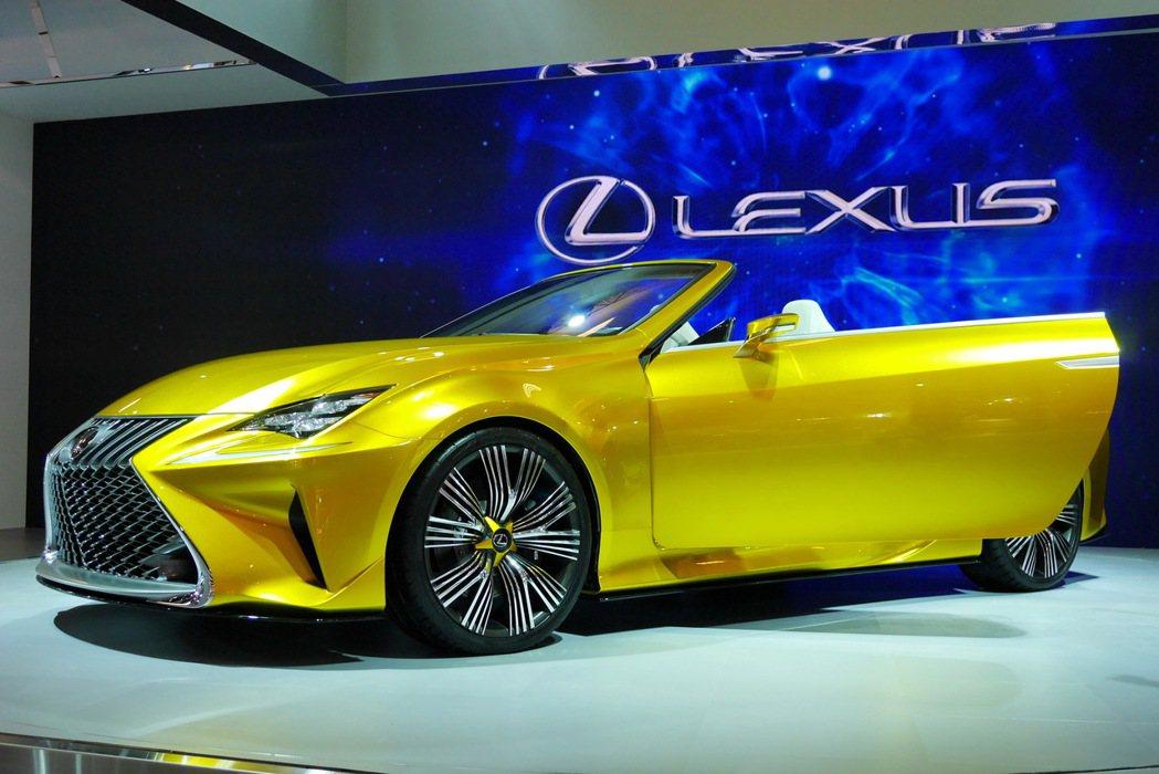 LF-C2是2+2座椅的敞篷概念跑車,代表著LEXUS對於未來更加大膽的設計方向,同時也是Lexus展現對性能操控熱情的豪華GT概念車。 記者陳威任/攝影