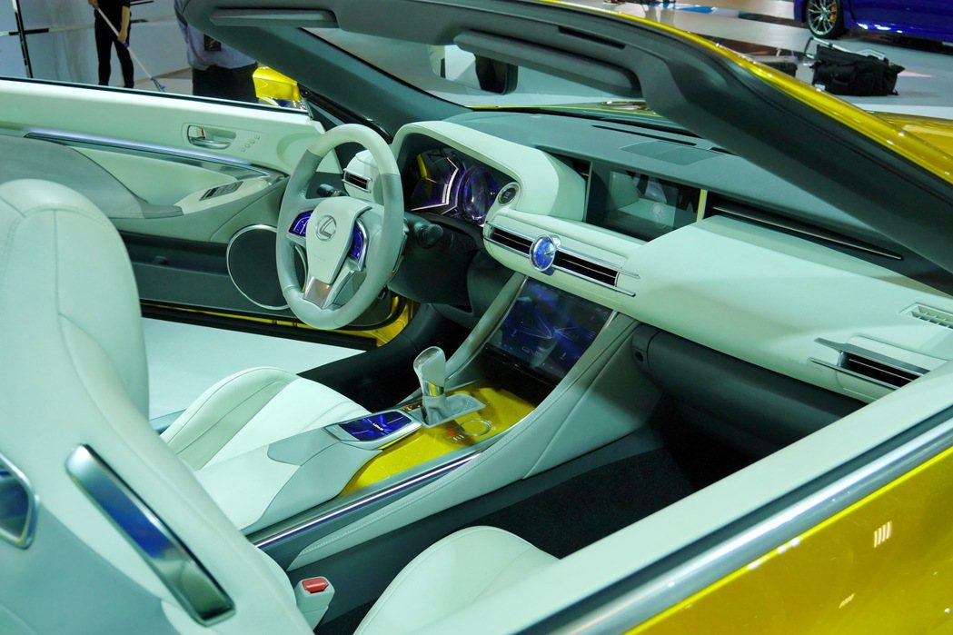 LF-C2以灰白雙色搭配真皮材質來營造車艙的豪華質感,而包括儀錶、方向盤兩側、控檯觸控螢幕等配備則採炫目的藍色背光,來彰顯高科技感的內裝氛圍。 記者陳威任/攝影