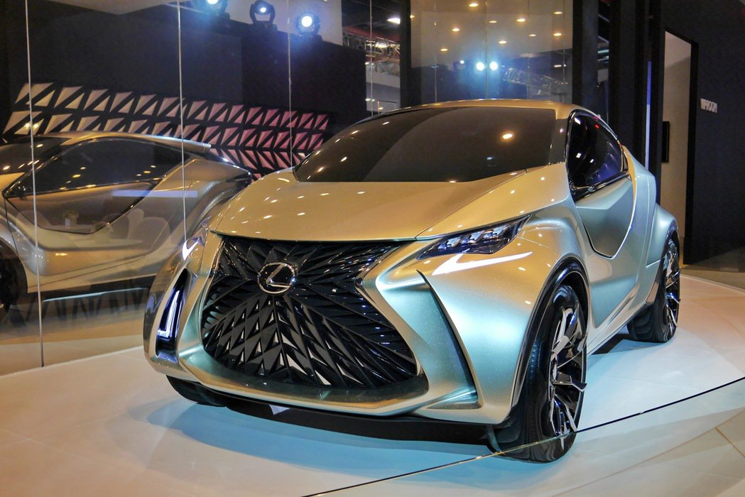 LF-SA擁有極為前衛大膽且富個性的設計,如同星星般銀色的車身烤漆靈感來自於太空探險。 記者陳威任/攝影
