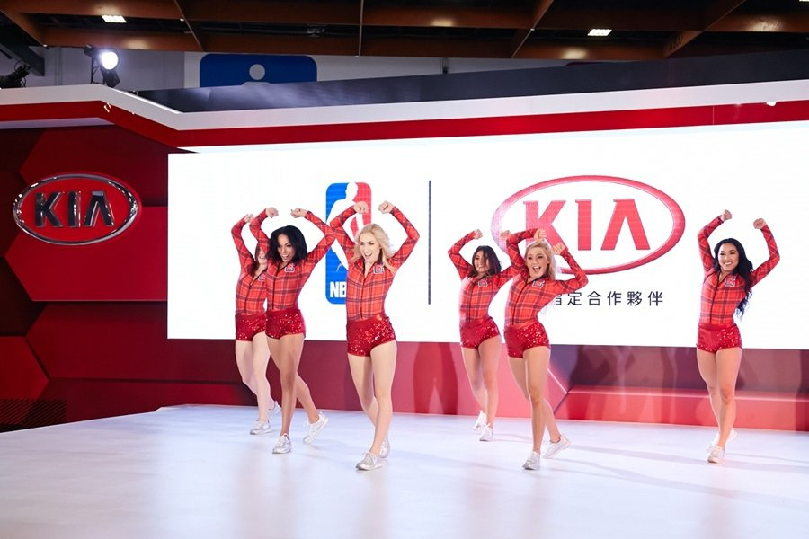 KIA邀請L.A. Clippers快艇啦啦隊熱舞炫技登台演出,為KIA台北新車...