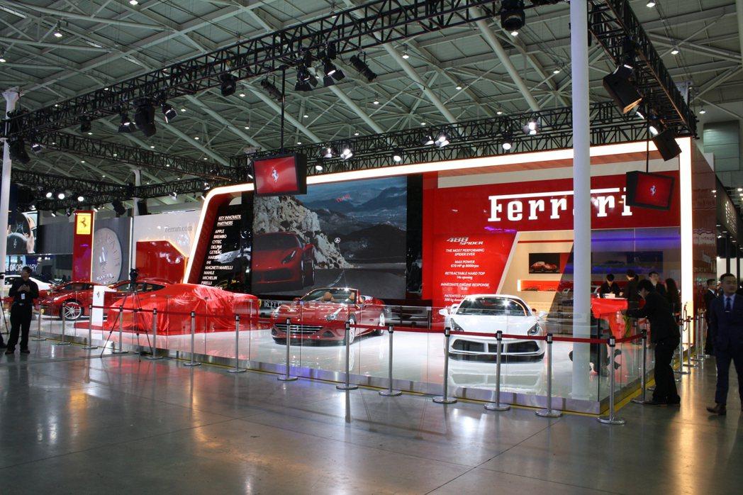 除了全新488 Spider首次登台亮相外,躍馬家族的其它明星車型也悉數助陣本屆...