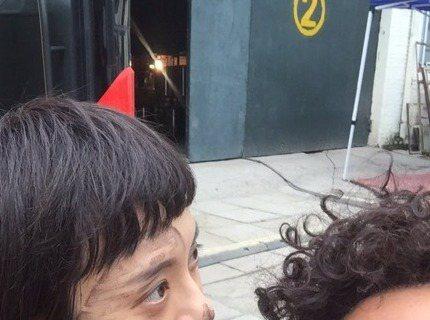 以《後宮甄嬛傳》走紅的中國女星孫儷和另一半鄧超,2人最近宣傳共同演出的新片,時常合體出席活動。今天中午,鄧超在微博PO出一張孫儷的黑臉照,照片中,孫儷臉上被塗了一條又一條的油墨,眼神放空望著遠方,好...