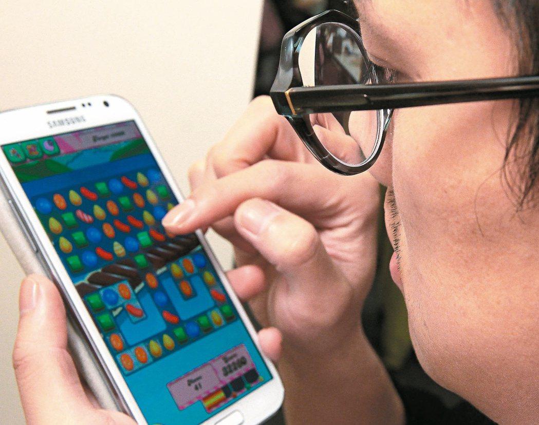 醫師提醒,長時間滑手機除可能加重近視度數,也容易引發眼睛疲勞感和乾澀,圖非當事人...