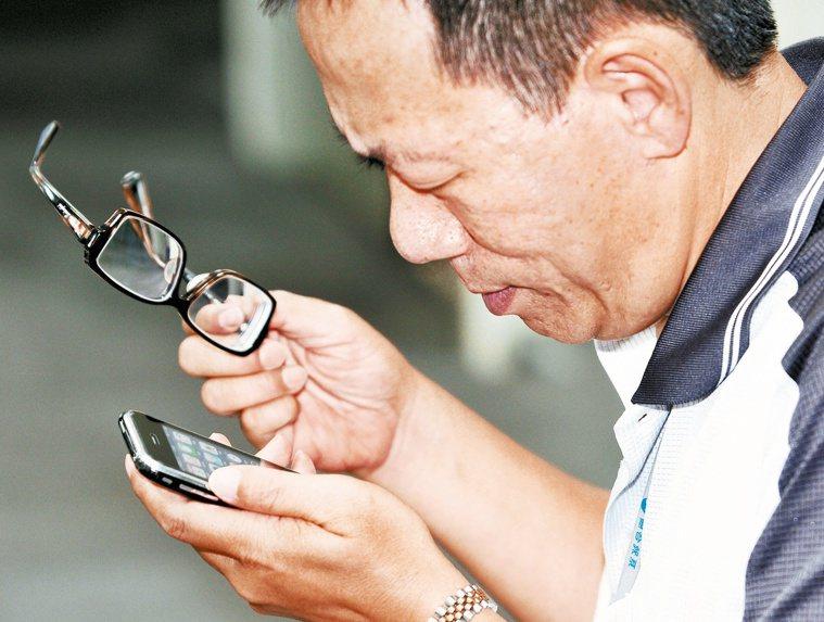 每天緊盯3C容易導致睫狀肌緊繃,醫師表示,如果看手機螢幕、讀餐廳菜單覺得越來越吃...
