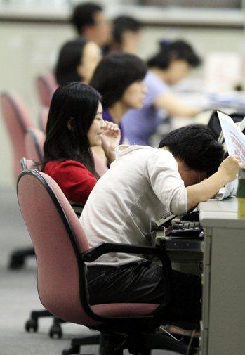 調查發現,國內上班族平均上班坐六小時,三成六受訪者每天坐著時間超過九小時,長時間...