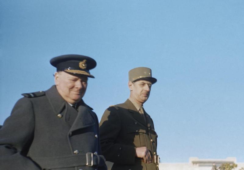 當年還是新任的國防部次長的戴高樂(右),還想要響應英國首相邱吉爾的呼籲負隅頑抗。...