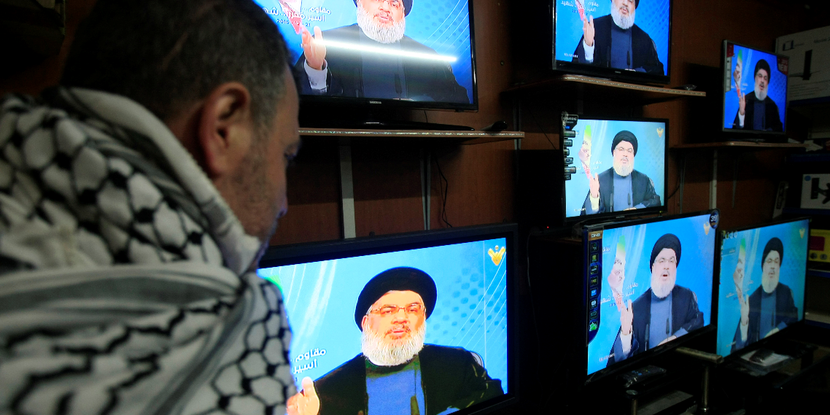 真主黨的總書記納斯魯拉(Sayyed Hassan Nasrallah,電視牆)...