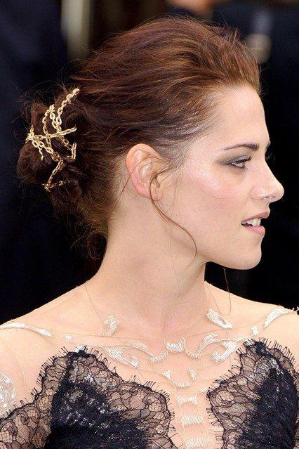 金屬髮鏈與頭髮纏繞綁於腦後,搭配以紅色髮色,率直而不失優雅。