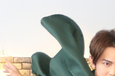 藝人汪東城下午前往台北松山文創園區參觀「進擊的巨人展」,並穿上「進擊的巨人」角色「兵長里維」服裝,在展場內飛身做出與里維一樣的動作。