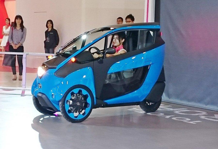 三輪的i-Road預告明年人們未來都會移動需要這種穩定又具機動性的載具。 記者趙...