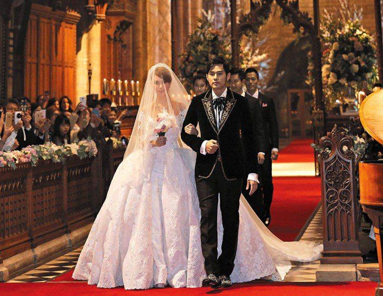 昆凌頭頂公主皇冠,與周杰倫攜手走進結婚禮堂。圖/杰威爾提供