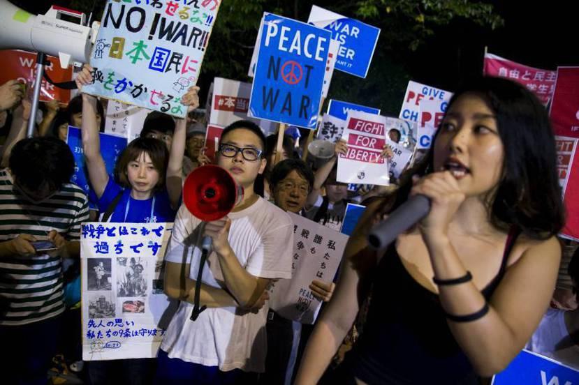 SEALDs創辦人福田和香子以饒舌方式喊著:「告訴我民主是什麼樣子?」,周圍民眾...