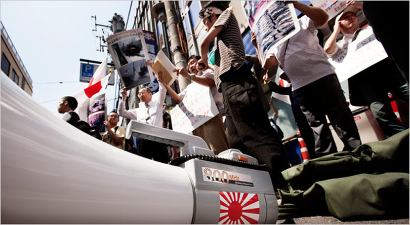 安倍政權的引領下,近年日本右翼的愛國情緒高漲。抗議學生的眼中種下戰爭種子的「安保...