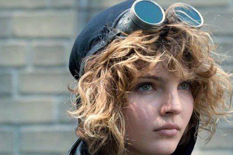 在美劇哥譚市(Gotham)中演出新一代貓女的16歲新生代演員卡麥蓉畢坎多瓦(Camren Bicondova)一直以來被認為與1992年版的大貓女飾演者蜜雪兒菲佛十分相像,不過除了和資深美人菲佛極...