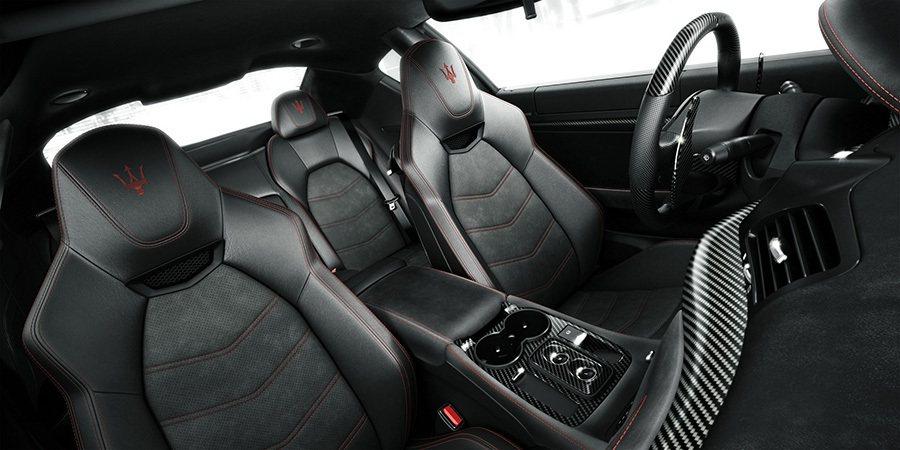 一如Maserati對於豪華與品味的堅持,以Poltrona Frau真皮 / ...