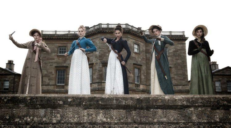 《傲慢與偏見與殭屍》中主打十九世紀初高腰元素打造而成的各種洋裝。圖/龍祥電影提供